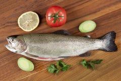 Uitgehaalde vissenforel op een scherpe raad royalty-vrije stock afbeeldingen