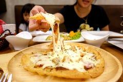 Uitgelezen Hawaiiaanse pizza van een houten dienblad stock foto
