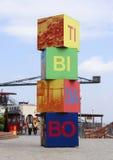 Uitgenodigde de kubussen zetten Tibidabo, Barcelona op Stock Fotografie