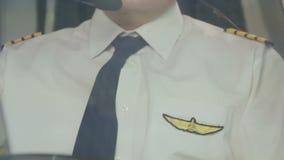 Uitgeput luchtvaartlijnkapitein het manoeuvreren vliegtuig, het harde werk, prestigieus beroep stock videobeelden