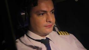 Uitgeput proef vliegend lijnvliegtuig en het denken over rust, verantwoordelijke baan stock videobeelden