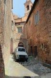 Uitgeputte auto die in een oude stad, Umbrië, Italië wordt geparkeerd Royalty-vrije Stock Foto's