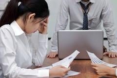 Uitgeputte gedeprimeerde jonge Aziatische bedrijfsvrouw met handen op gezicht die aan streng probleem tussen vergadering in burea stock afbeelding