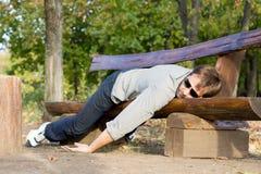 Uitgeputte mensenslaap op bank stock fotografie