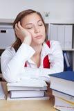 Uitgeputte studentenslaap over boeken Stock Afbeeldingen