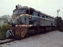 Uitgeputte treinen in industrailpark royalty-vrije stock fotografie