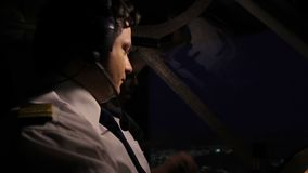 Uitgeputte vlieger die aan verzender over vlucht over radio spreken, luchtvaart stock footage