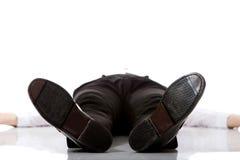Uitgeputte zakenman die op de vloer liggen Royalty-vrije Stock Foto