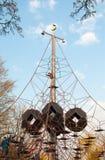 Uitgerekt kabelnetwerk en kinderen die op het beklimmen stock foto's
