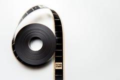 Uitgerolde 35mm filmspoel met het kader van het beeldbegin in uitstekend col. Stock Foto's
