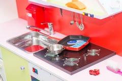 Uitgeruste keuken voor de spelen van kinderen van weinig Stock Foto