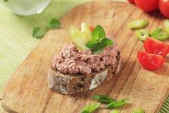 Uitgespreid brood en vlees stock afbeelding