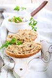 Uitgespreid op brood royalty-vrije stock fotografie