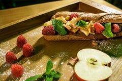 Uitgespreide chocolade en fruitsandwich royalty-vrije stock afbeeldingen