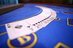 Uitgespreide uit platying kaarten op casinolijst Royalty-vrije Stock Afbeeldingen