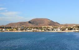 Uitgestorven vulkaan over de stad van Corralejo. Fuerteventura. Stock Foto