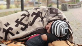Uitgestoten mensenslaap op bank in park, eenzaam dakloos mannetje die proberen te overleven stock videobeelden