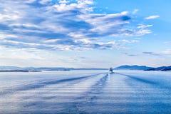 Uitgestrektheid van het overzees en het schip die weg varen Stock Afbeeldingen