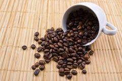 Uitgestrooide korrels van koffie Royalty-vrije Stock Afbeeldingen