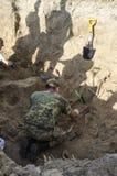 Uitgravingen van begrafenis van militairen van de Tweede Wereldoorlog stock afbeelding