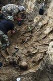 Uitgravingen van begrafenis van militairen van de Tweede Wereldoorlog stock afbeeldingen