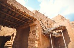 Uitgravingen van het oude dorp in de woestijn stock afbeeldingen