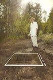 Uitgravingen van historische plaats in bos - archeoloog op het werk stock fotografie