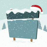 Uithangbord in de sneeuw. Kerstmislandschap. Stock Foto's