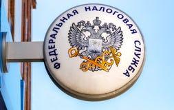 Uithangbord met embleem van de Russische Federale Belastingsdienst Royalty-vrije Stock Fotografie