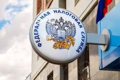 Uithangbord met embleem van de Russische Federale Belastingsdienst Stock Foto's
