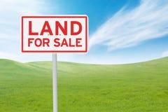 Uithangbord met land voor verkooptekst stock afbeelding