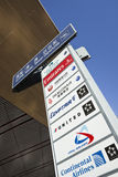 Uithangbord met luchtvaartlijnemblemen bij de Hoofd Internationale Luchthaven van Peking Stock Afbeeldingen