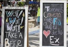 Uithangbord van verkoop van alcoholische dranken met berichten stock afbeeldingen