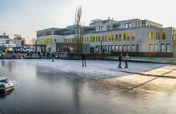 Uithoorn, Нидерланды, 4-ое февраля 2017 - заморозьте Skaing на замороженном пруде Стоковая Фотография RF