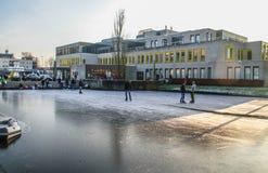 Uithoorn Nederländerna, Februari 4, 2017 - is Skaing på det djupfrysta dammet royaltyfri fotografi