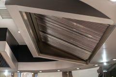 Uitlaatkap en ventilatie voor het restaurant van de teppanyakikeuken royalty-vrije stock foto