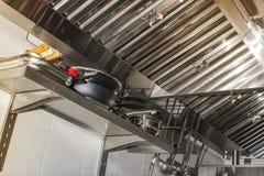 Uitlaatsystemen, het detail van kapfilters in een professionele keuken royalty-vrije stock afbeelding