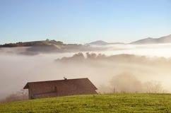 Uitlopers n de mist, Pays Basque Stock Afbeelding