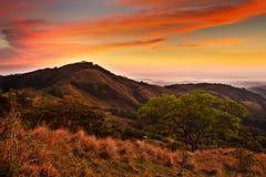 Uitlopers van Monteverde-Wolk Forest Reserve, Costa Rica Tropische bergen na zonsondergang Heuvels met mooie oranje hemel met clo Royalty-vrije Stock Foto
