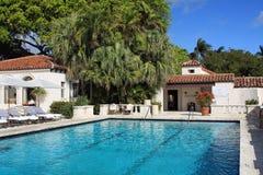 Uitnodigend upscale zwembad Royalty-vrije Stock Afbeeldingen