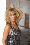 Uitnodigende blonde in fabriek Stock Foto's