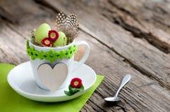 Uitnodiging voor Pasen-ontbijt met bloemen en copyspace Stock Fotografie