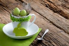 Uitnodiging voor Pasen-ontbijt met konijn en copyspace Stock Foto