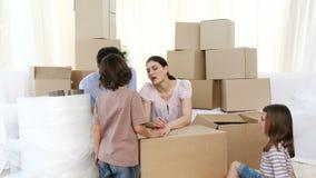 Uitpakkende dozen van het familie de bewegende huis stock footage