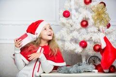 Uitpakkende Kerstmisgift Gissing wat binnenkantdoos De traditie van de de wintervakantie Jong geitje met aanwezige Kerstmis Reden stock afbeeldingen