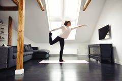 Uitrekkende en in evenwicht brengende yogatraining Stock Afbeeldingen