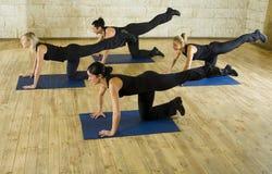 Uitrekkende oefening op yogamat Stock Fotografie
