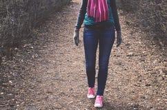 Uitrusting - jeans, gebreide sjaal, jasje, trainers en vuisthandschoenen Stock Fotografie