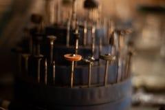 Uitrusting pijpen voor boringsmachine Juweleninstrumenten Vage achtergrond stock afbeeldingen