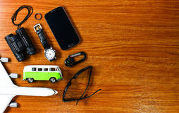 Uitrusting van reiziger op houten achtergrond Stock Foto